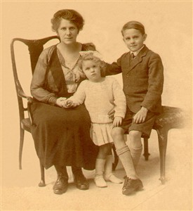 Photo:Mrs Drakes with son Richard and daughter Nora, about 1921
