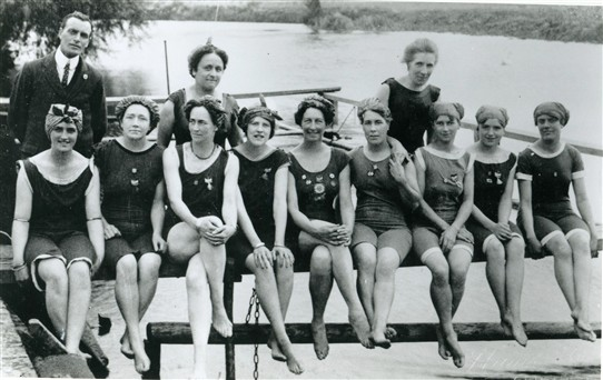 Photo:Bathing Belles at the River Trent off Tolney Lane at Newark, 1920s