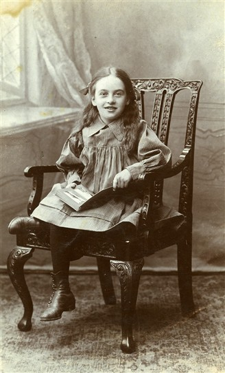 Photo:Elsie Smithson (aged 9) of Whitfield Street, Newark, photographed in 1911
