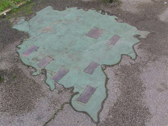 Photo:View of the sculpture in toto as it appears in the pavement