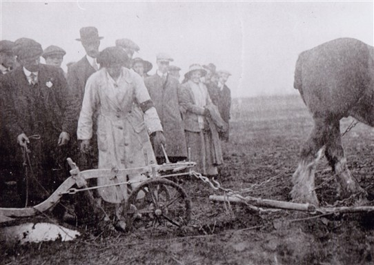 Photo:Miss May Bocock, WW1 land girl, at work on a farm at Collingham near Newark