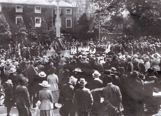 Photo:Dedication of the war memorial on Burgage Green, 1921