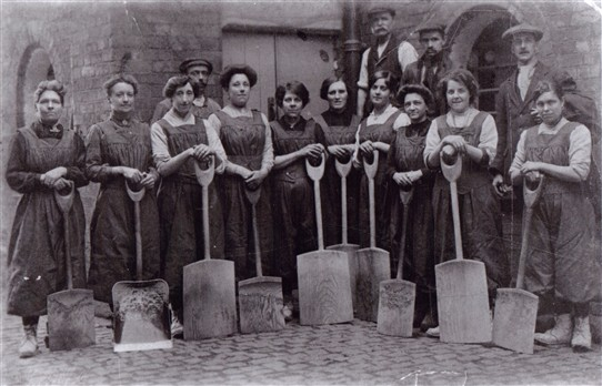 Photo:Women malsters again - with the large wooden turning shovels