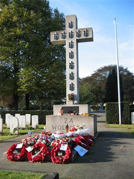 Photo:Memorial cross to the Polish airmen buried at Newark Cemetery.