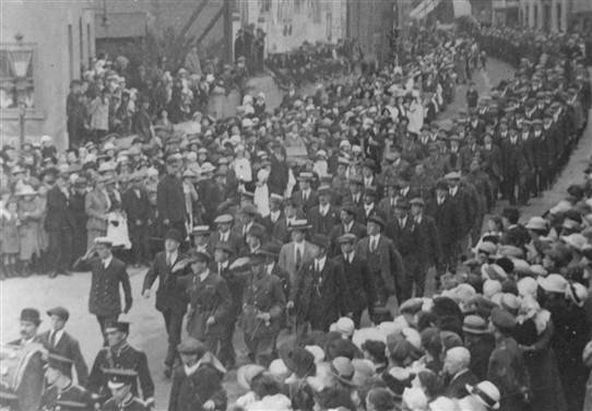 Photo:Parade of ex-army servicemen, Hucknall 1919