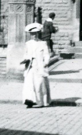 Photo:A lady visiting The Gilstrap Public Library in Newark c.1914