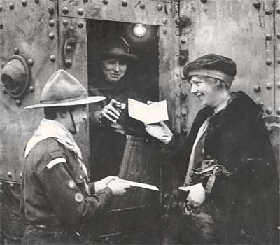 Photo:Buying War Bonds from a Tank Bank
